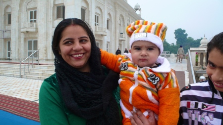 Woman and child at the Sikh Temple in Delhi
